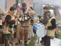 Os mummers novos jogam e dançam no Surva ritual velho Imagem de Stock Royalty Free