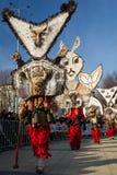 Os Mummers Surva Bulgária mascaram penas dos trajes Fotografia de Stock Royalty Free