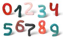 Os números coloridos do plasticine ajustaram-se isolado em um fundo branco Argila de modelagem feito à mão foto de stock