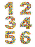 Os números 1 a 6 fizeram dos grânulos de vidro coloridos em um branco Foto de Stock