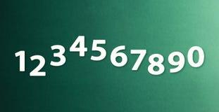 Os números zero nove nos fundos diferentes de papel da cor fotografia de stock