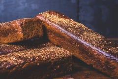 Os nacos do pão de centeio encontram-se no montão Imagem de Stock