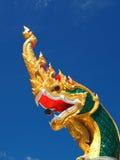Os naga semi divinos míticos dirigem com bola verde Fotos de Stock Royalty Free
