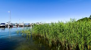 Os navios amarraram no molhe do lago Fleesen em Alemanha foto de stock