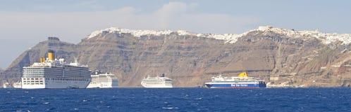 Os navios de cruzeiros amarraram perto de Thira na ilha grega de Santorini foto de stock royalty free