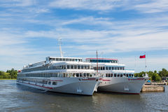 Os navios de cruzeiros estão na ilha do beliche de Kizhi em Rússia foto de stock