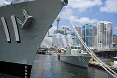 Os navios de guerra amarraram no porto querido. fotografia de stock royalty free