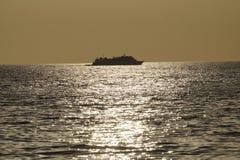 Os navios de passageiro cruzam o mar na tarde imagem de stock royalty free
