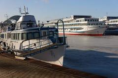 Os navios de passageiro são wintering na baía. Fotografia de Stock