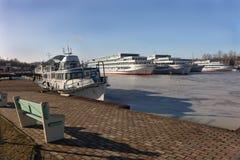 Os navios de passageiro são wintering na baía. Imagem de Stock Royalty Free