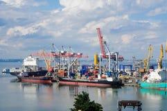 Os navios descarregaram na porta Imagem de Stock