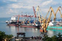 Os navios descarregaram na porta Fotografia de Stock