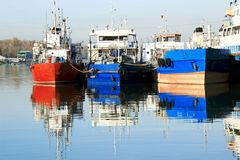 Os navios do estacionamento no porto fluvial Foto de Stock Royalty Free
