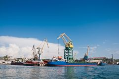 Os navios e os guindastes na carga movem na baía de Sevastopol Imagem de Stock Royalty Free