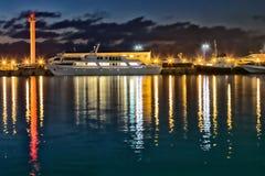 Os navios e o farol estão no porto marítimo Sochi Foto de Stock