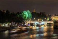 Os navios e a ponte no Seine na noite Imagem de Stock Royalty Free