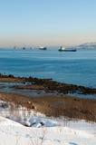 Os navios em Kola Bay no inverno Imagens de Stock