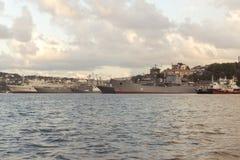 Os navios estão na baía em Sevastopol, o inscrição-Yenisei, almirante Lazarev fotos de stock royalty free