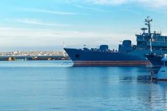 Os navios estão no porto em Kronstadt podem 2018 Fotografia de Stock Royalty Free