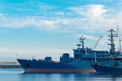 Os navios estão no porto em Kronstadt podem 2018 Fotografia de Stock