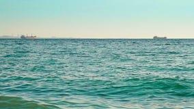 Os navios flutuam afastado no mar aberto filme