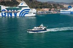 Os navios grandes e pequenos entram no porto Fotos de Stock