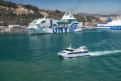 Os navios grandes e pequenos entram no porto Fotografia de Stock Royalty Free