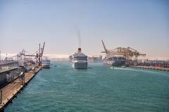 Os navios grandes entram no porto marítimo Foto de Stock