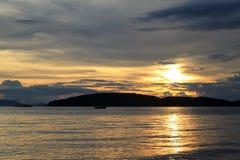 Os navios no mar durante um por do sol Fotografia de Stock Royalty Free
