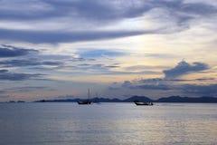 Os navios no mar durante um por do sol Fotos de Stock Royalty Free