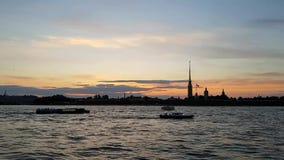 Os navios pequenos navegam no rio de Neva nas noites brancas Por do sol no centro de St Petersburg Curso a Rússia filme