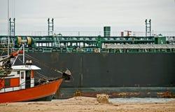 Os navios próximo suportam Imagens de Stock Royalty Free