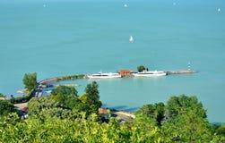 Os navios que descansam no lago Balaton em Tihany abrigam Imagens de Stock Royalty Free