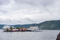 Os navios velhos são amarrados no meio do lago e formam uma ilha fotos de stock royalty free