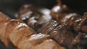 Os no espeto dos tipos diferentes de carne, em espetos, cozinharam no carvão vegetal vídeos de arquivo
