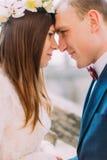 Os noivos bonitos do recém-casado que tocam sensualmente nas testas em silencioso devem da pertença fotos de stock royalty free