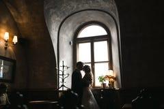Os noivos em uma casa acolhedor fotos de stock royalty free