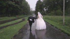 os noivos estão correndo na chuva filme