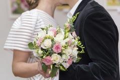 Os noivos estão guardando um ramalhete das rosas, close-up foto de stock royalty free