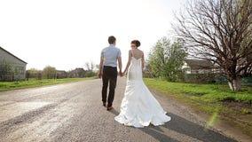 Os noivos estão na estrada afastado video estoque