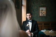 Os noivos estão sentando-se oposto a se fotos de stock royalty free