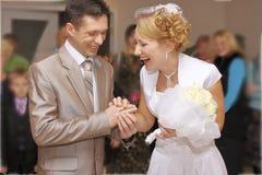 Os noivos exultam Alianças de casamento da troca durante o casamento imagens de stock royalty free