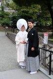 Os noivos no equipamento tradicional da religião xintoísmo fotografia de stock