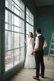 Os noivos no estúdio Fotos de Stock