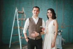 Os noivos no estúdio Imagem de Stock Royalty Free