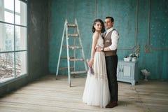 Os noivos no estúdio Fotos de Stock Royalty Free