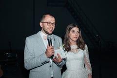 Os noivos no partido do microfone agradecem a convidados e a pais foto de stock