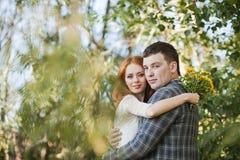 Os noivos que abraçam-se na floresta Foto de Stock