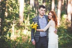 Os noivos que abraçam-se na floresta Foto de Stock Royalty Free