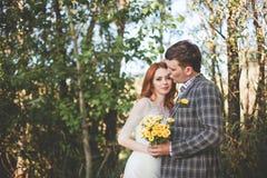 Os noivos que levantam na floresta Foto de Stock